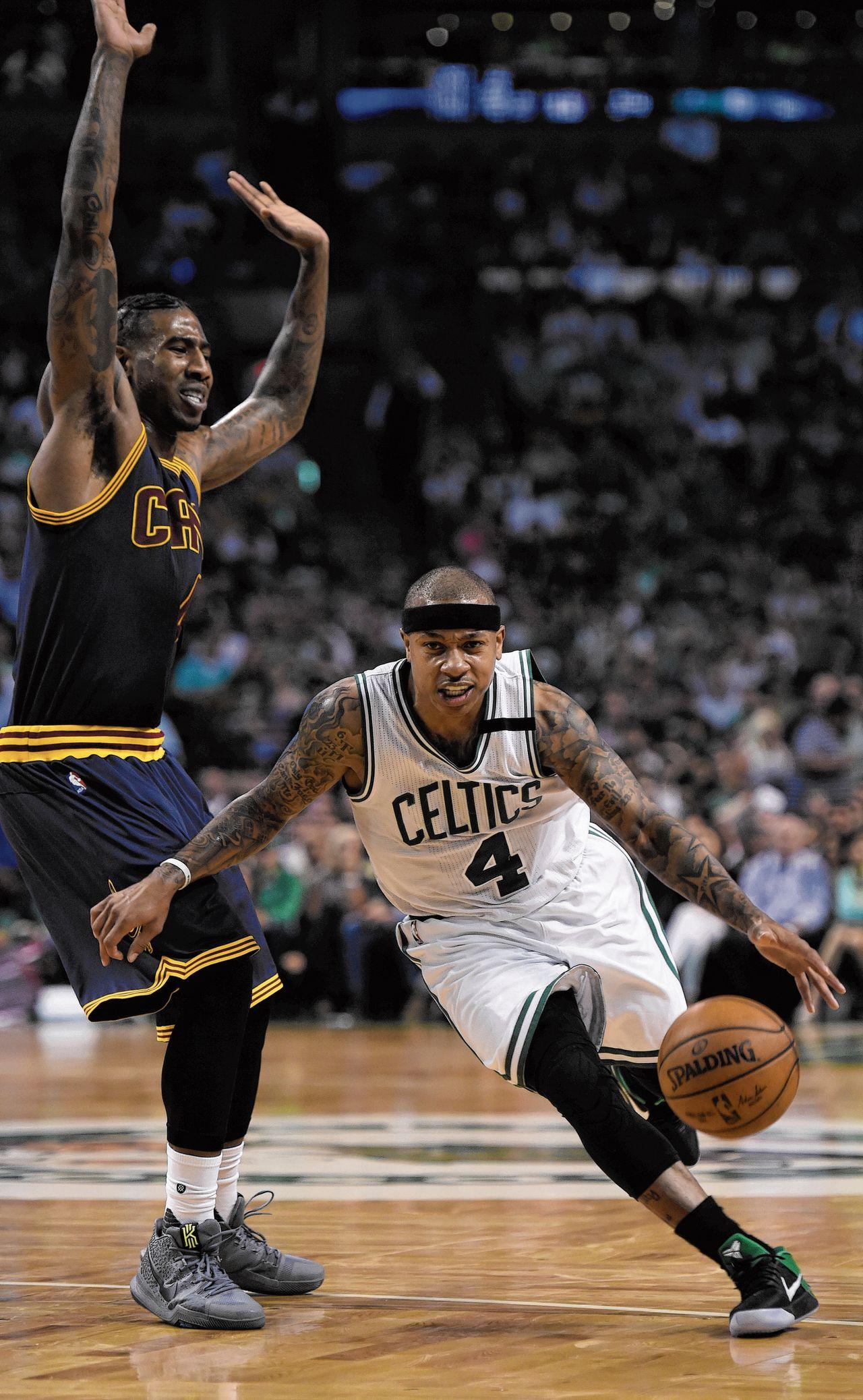 Isaiah Thomas van de Boston Celtics passeert Iman Shumpert van de Cleveland Cavaliers.