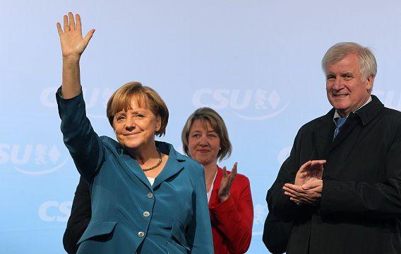 De Duitse bondskanselier Angela Merkel naast CSU-leider Horst Seehofer, tijdens een campagnebijeenkomst in Beieren deze week.