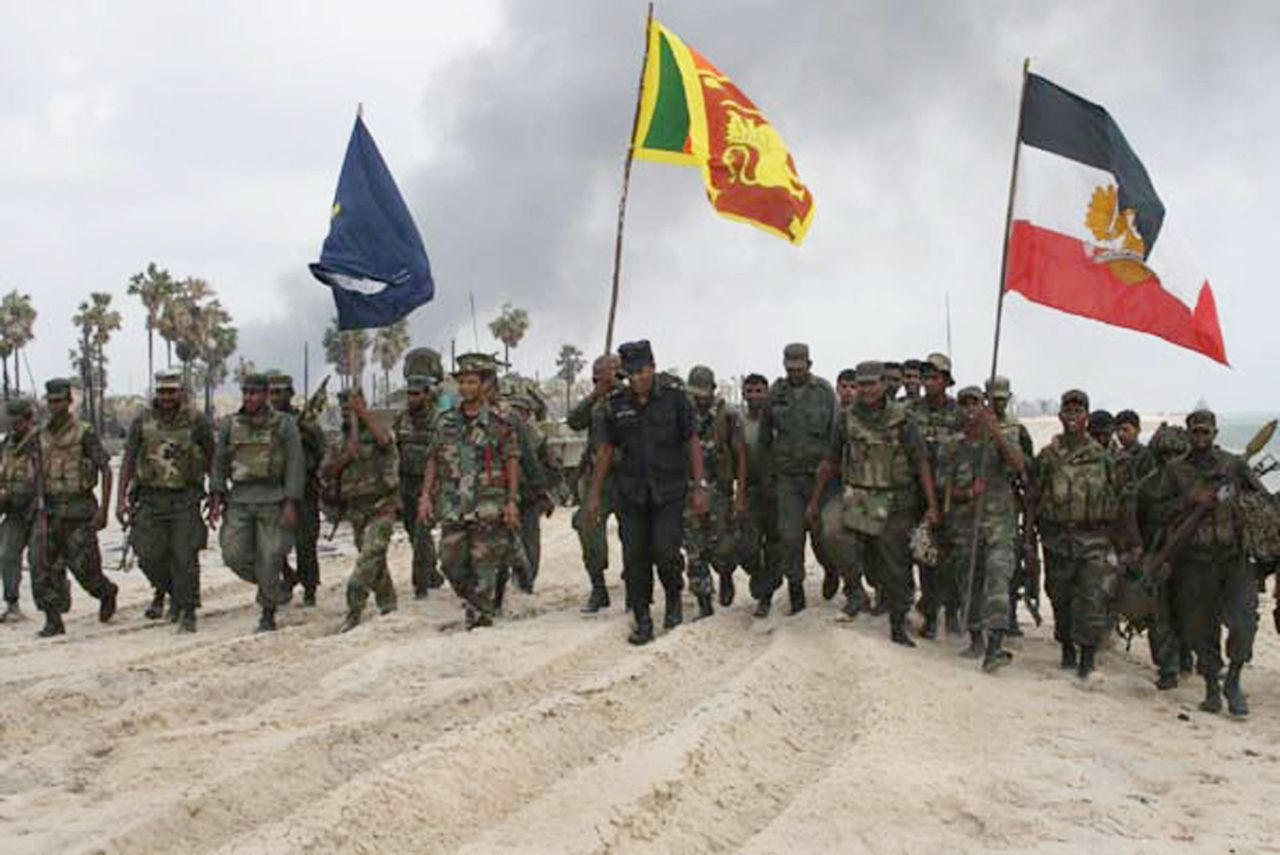 Militairen zaterdag nadat het laatste territorium van de Tamil Tijgers, een kuststrook bij Mullaitivu, is veroverd. Foto vrijgegeven door het Sri Lankese leger. (Foto AFP) This handout picture from the Sri Lankan Defence Ministry released on May 17, 2009, is said to be of troops on May 16 after capturing the the last patch of coastline in the Mullaittivu district held by the Tamil Tigers, leaving the rebels completely surrounded and cut off from any sea escape. The Sri Lankan government has declared that it had finally completely defeated the Tamil Tigers after decades of ethnic bloodshed. TOPSHOTS/AFP PHOTO/HO/Sri Lankan Defence Ministry
