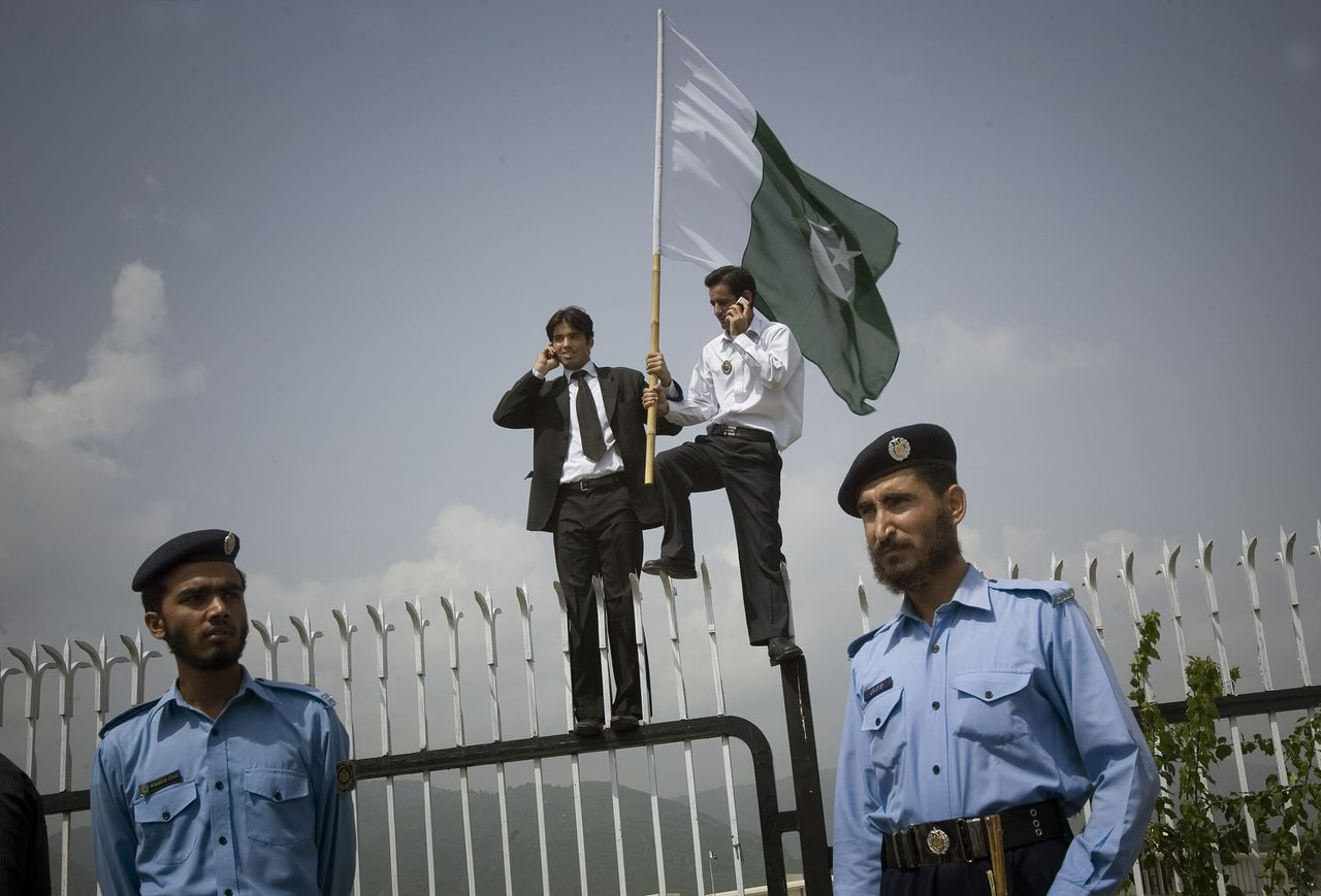 Pakistaanse advocaten in de hoofdstad Islamabad vierden gisteren het aangekondigde aftreden van president Pervez Musharraf op het hek dat het parlement omheint. (Foto AP) Pakistani lawyers are seen at the top of the fence that surrounds the Parliament as they celebrate the announcement of President Pervez Musharraf's resignation in Islamabad, Pakistan on Monday, Aug. 18, 2008. Musharraf said he was handing in his resignation to avoid an impeachment battle that would harm the nation's interests.(AP Photo/Emilio Morenatti)