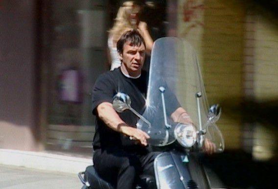 Willem Holleeder op zijn scooter in de zomer van 2005.