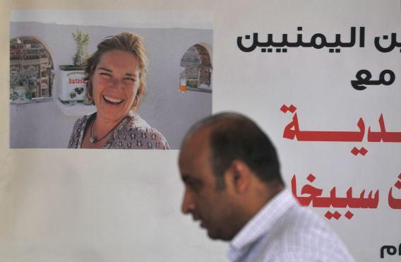 Een poster van Judith Spiegel in Jemen, die na haar ontvoering werd opgehangen door journalisten die pleiten voor de vrijlating van Berendsen en Spiegel.