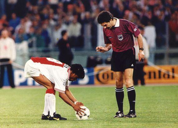 Edgar Davids legt de bal aan bij het penalty schieten tijdens de finale van de Champions League in 1996. Ajax verliest de strafschoppen met 5-3.