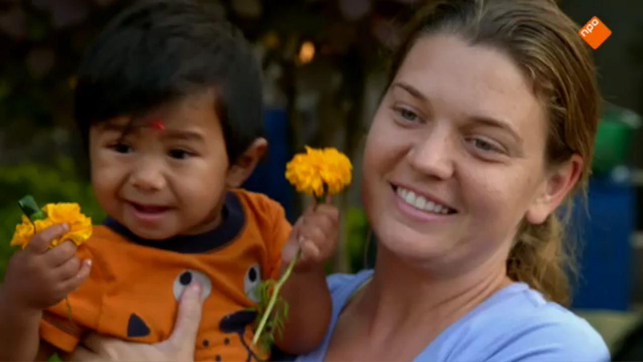 Maggie Doyne en haar oogappel Ravi inFloortje naar het Einde van de Wereld (VARA).