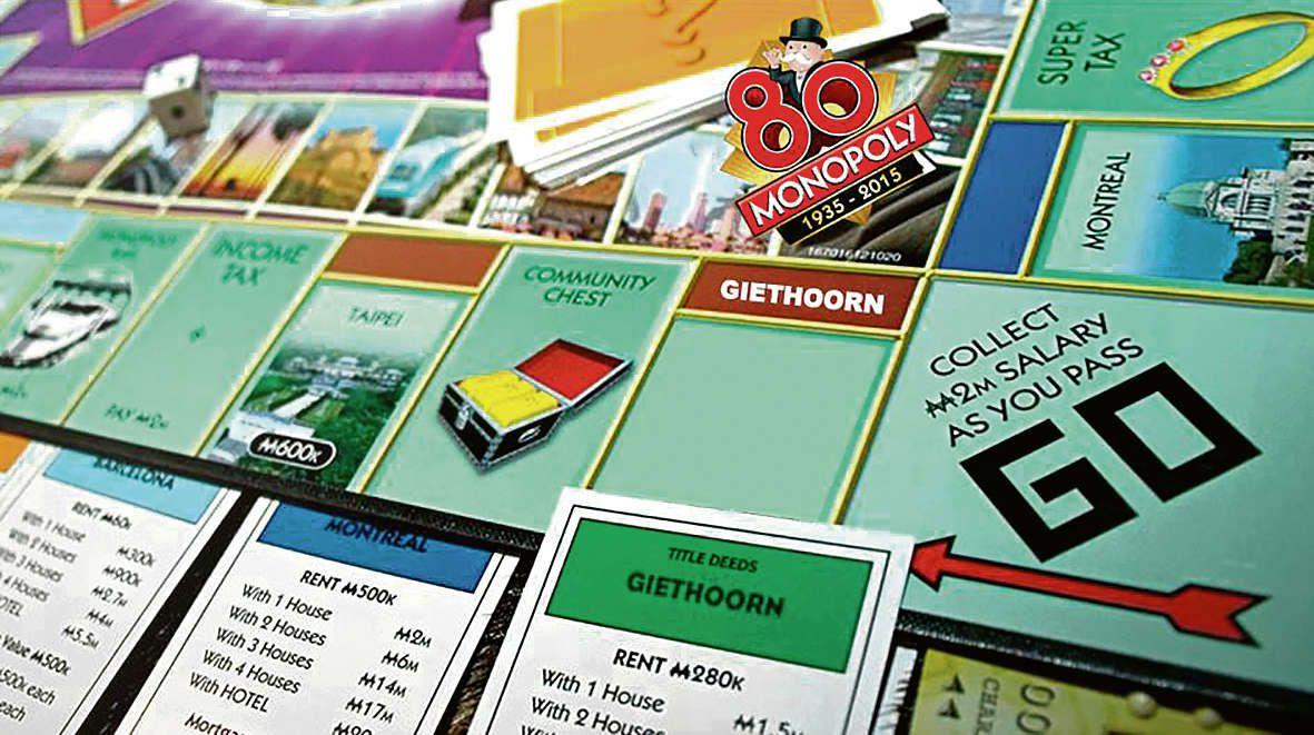 Montage van het Monopoly-spel met Giethoorn op het Monopolybord gemaakt door het Giethoorn-Monopoly-actiecomité.