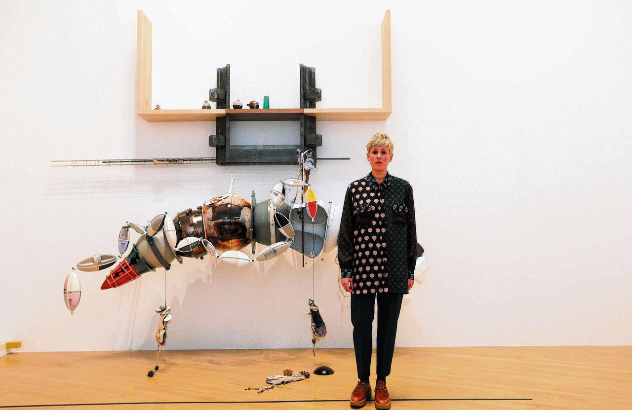 Helen Marten voor haar winnende installatie in Tate Britain in Londen
