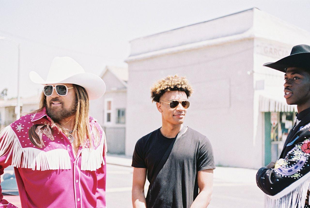 De Nederlandse producer YoungKio (m) brak door met het verkopen van hiphopbeats op internet. Links countryzanger Billy Ray Cyrus, rechts rapper Lil Nas X.