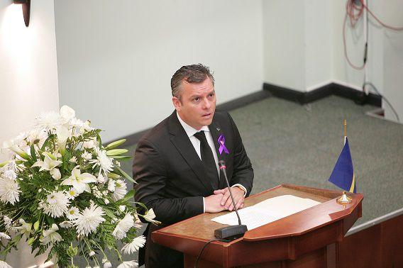 Gerrit Schotte in het Curaçaose parlement tijdens een plechtige vergadering ter ere van de vermoorde politieke leider Helmin Wiels.
