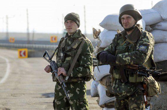 Oekraïense soldaten staan bij een grenspost bij Cherson waar Russische soldaten vandaag ook zouden zijn aangekomen.