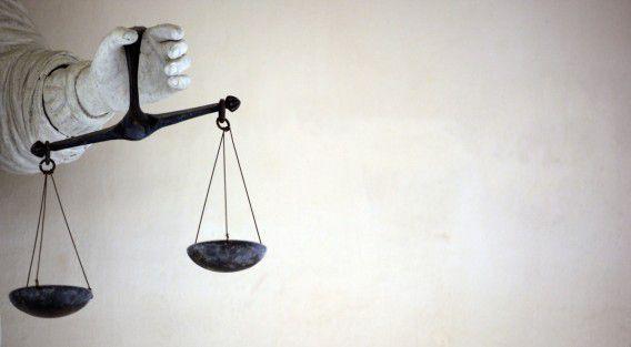 AFP PHOTO DAMIEN MEYER recht rechtspraak rechtbanken rechtszaken rechterlijke macht symboliek Vrouwe Justitia
