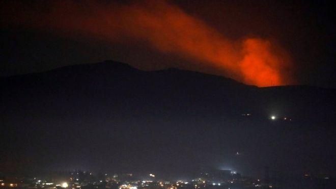 Rook boven een berg, gezien vanuit het platteland bij Damascus.