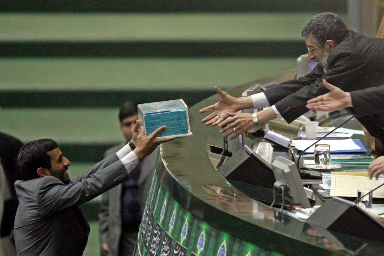 De Iraanse president Ahmadinejad, afgelopen weekeinde, bij het indienen van zijn begroting in het Iraanse parlement. Foto, AP Iranian President Mahmoud Ahmadinejad, left, delivers his budget bill to the parliament speaker Gholamali Haddadadel, in Tehran, Iran, Sunday, Jan. 21, 2007. Ahmadinejad on Sunday defended his economic policies from sharp recent domestic criticism and said U.N. Security Council sanctions imposed in December would never deter the country from pursuing its nuclear program. (AP Photo/Vahid Salemi)