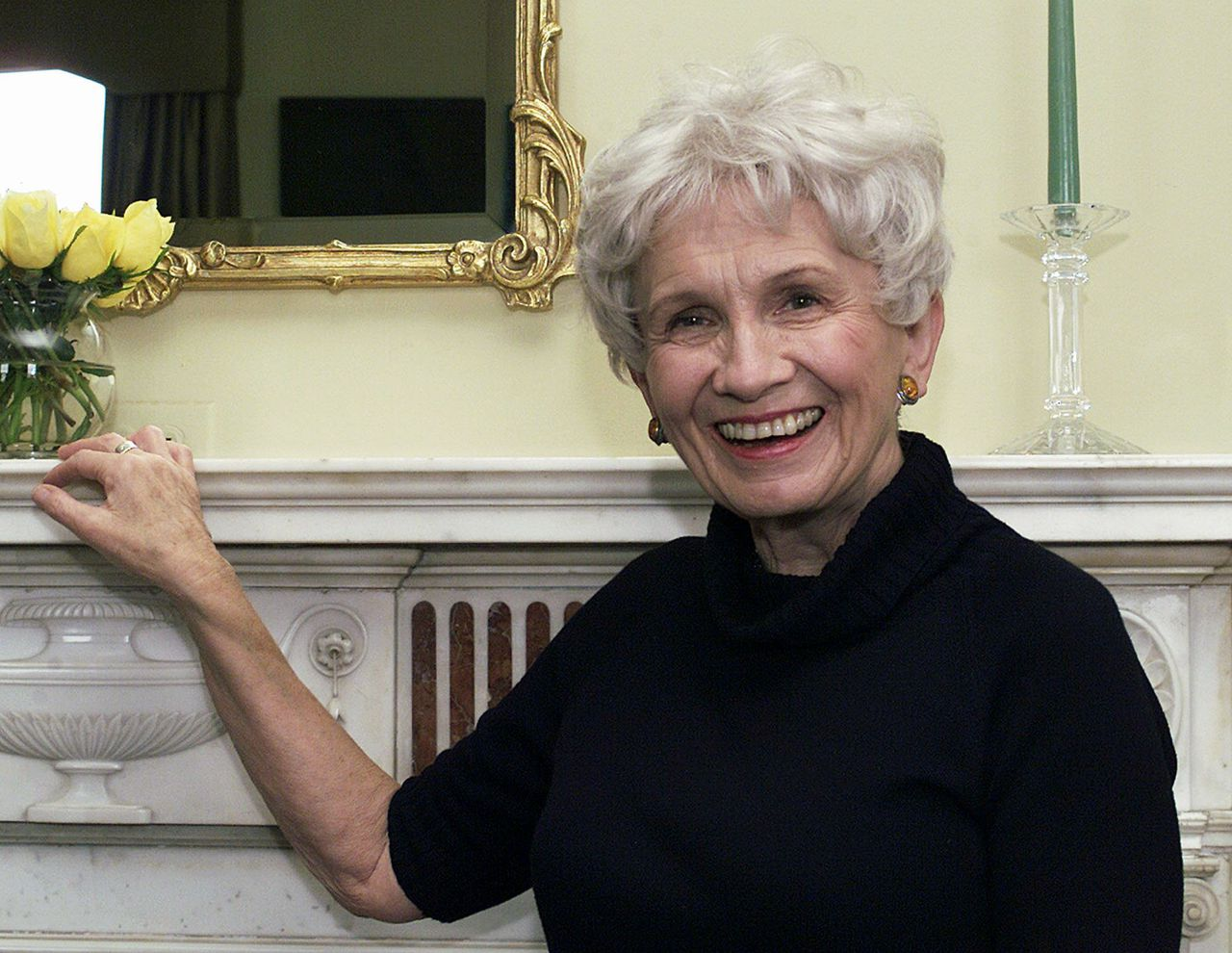 """Alice Munroe Foto AP/Paul Hawthorne ** ADVANCE FOR WEEKEND EDITIONS, APRIL 17-20 **Canadian author Alice Munro poses for a photograph at the Canadian Consulate's residence in New York Oct. 28, 2002. The 71-year-old Munro's published work includes eight short story collections and one novel, """"The Lives of Girls and Women."""" (AP Photo/Paul Hawthorne)"""