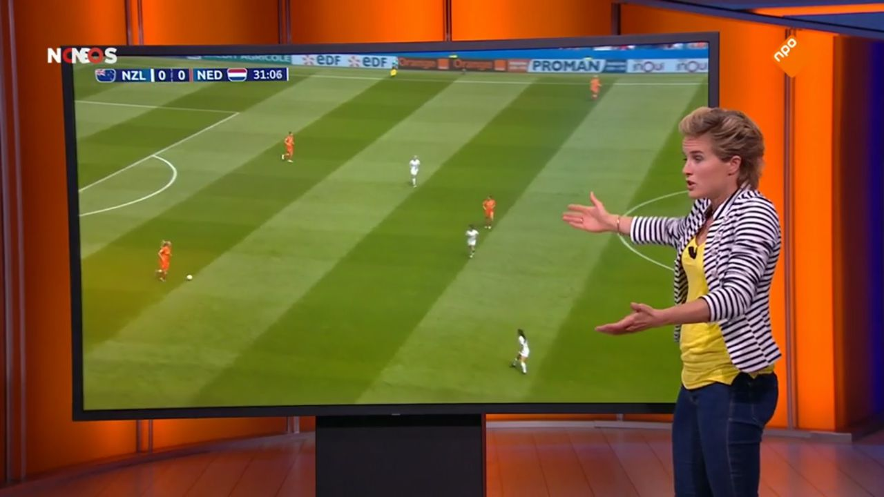 Daphne Koster analyseert het Nederlands elftal in Studio France.