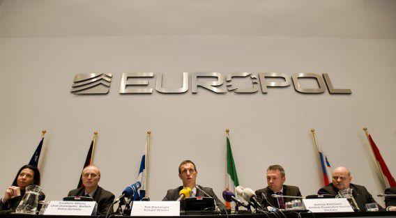 DEN HAAG - Directeur Rob Wainwright (M) van Europol tijdens de persconferentie over een grootschalig onderzoek naar match-fixing in het betaalde Europese voetbal. ANP ROBIN VAN LONKHUIJSEN