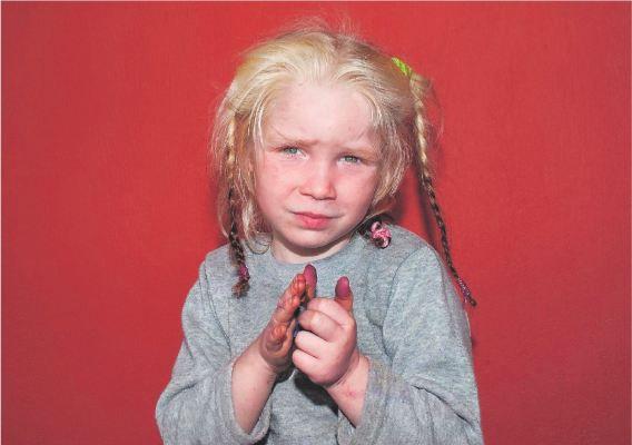 Het meisje van vier vlak nadat ze door de politie was weggehaald uit het Roma-kamp. Haar 'ouders' hebben gelogen over haar afkomst. Interpol helpt bij de opsporing.