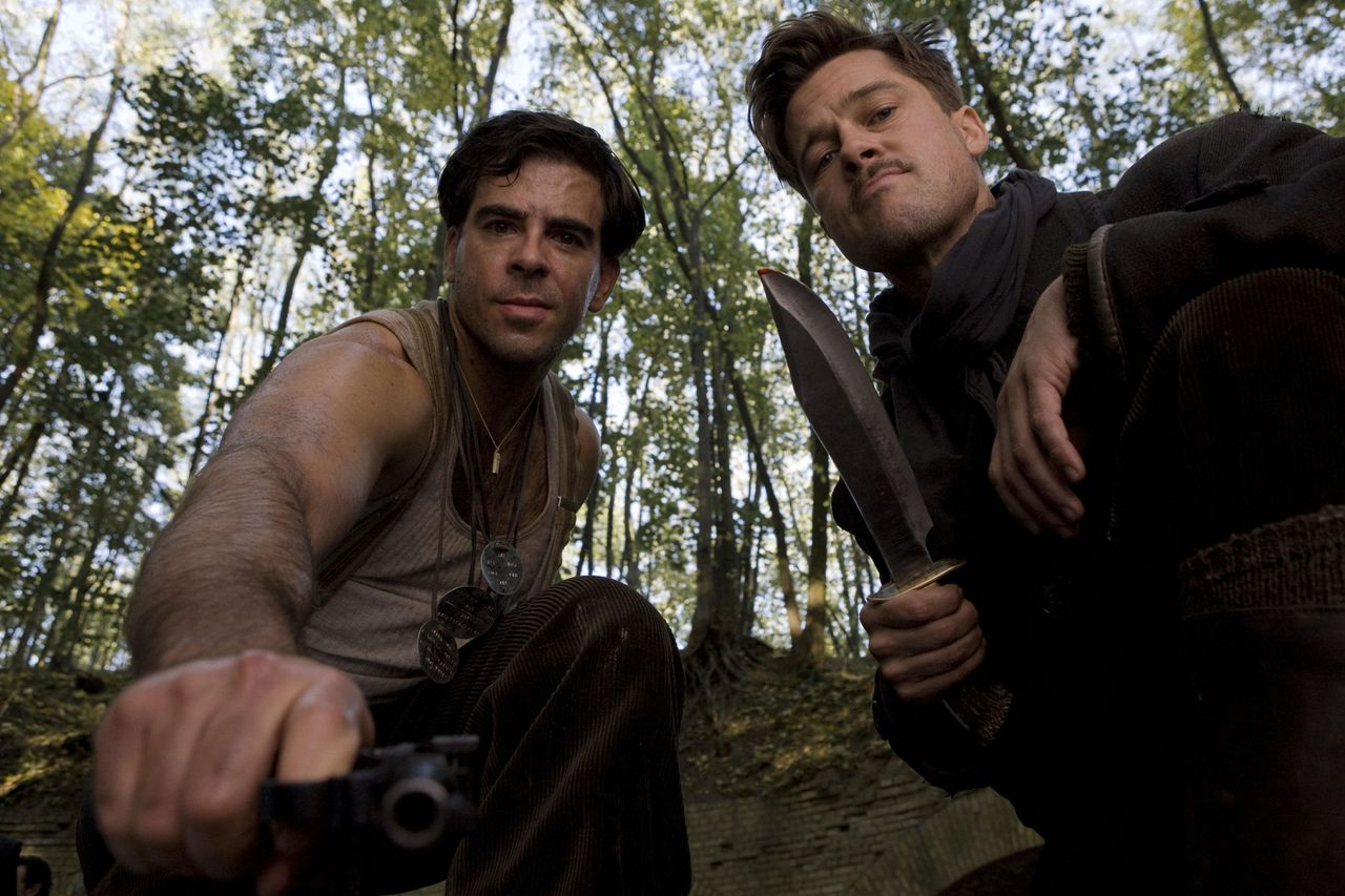 "Eli Roth (links) en Brad Pitt zijn lid van een joodse guerrillagroep, die nazi's scalpeert Eli Roth (links) en Brad Pitt zijn lid van een joodse guerrillagroep, die nazi's scalpeert In this film publicity image released by The Weinstein Company, Eli Roth, left, and Brad Pitt are shown in a scene from ""Inglourious Basterds."" (AP Photo/The Weinstein Company, Francois Duhamel) ** NO SALES **"