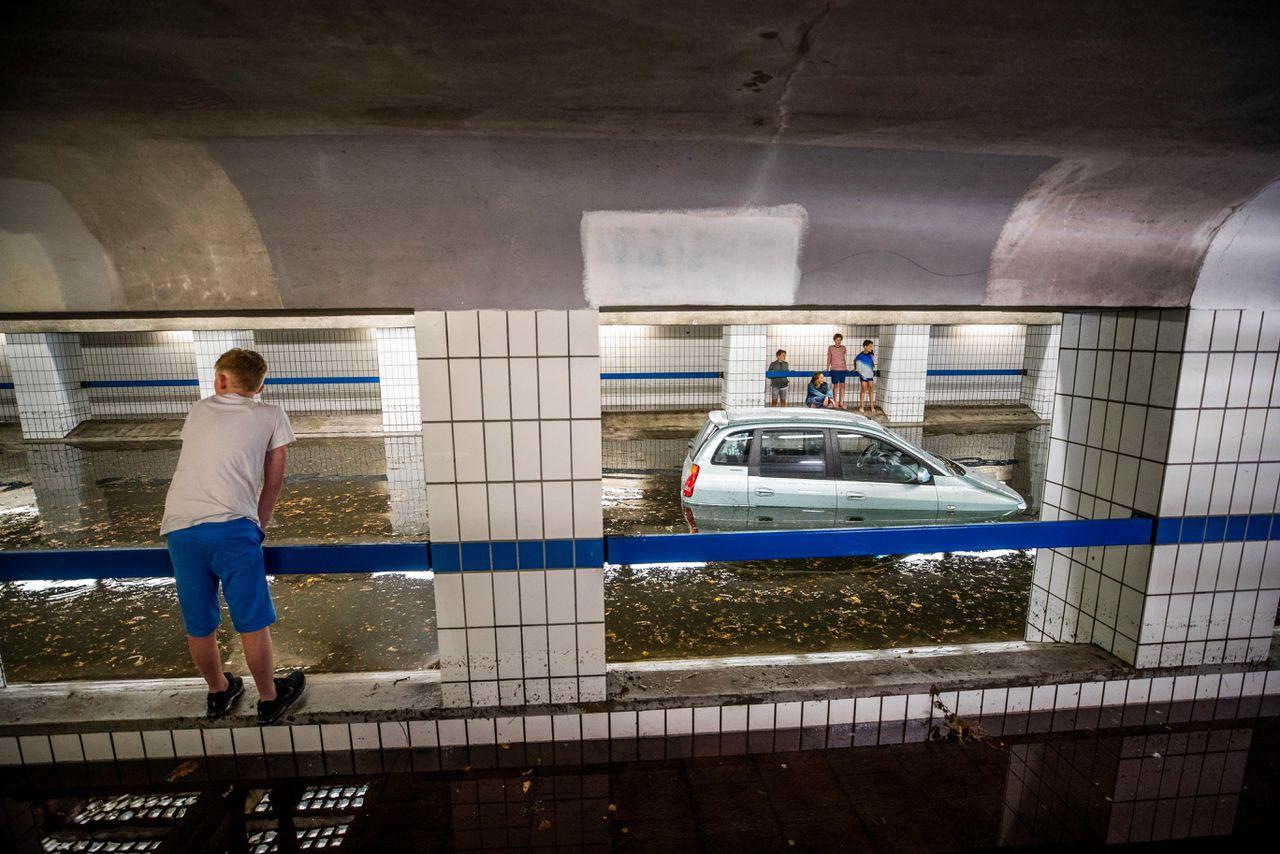 Wateroverlast na hevige regen in Hilversum. De Beatrixtunnel in het centrum is ondergelopen met water.