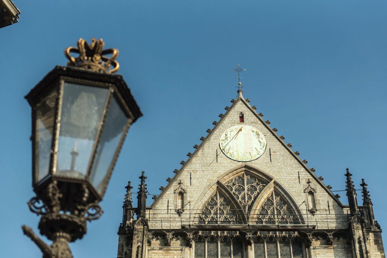 De zonnewijzer op de Amsterdamse Nieuwe Kerk