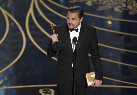 Leonardo DiCaprio neemt zijn Oscar in ontvangst in de categorie beste acteur voor zijn hoofdrol in 'The Revenant'.
