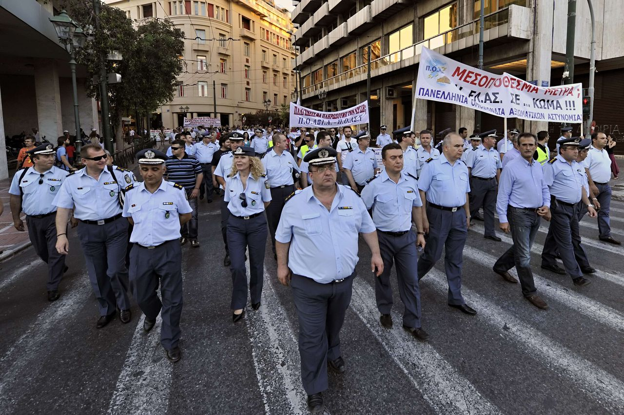 Greek police unions, coast guards and firemen march towards the finance ministry in Athens during their rally against the new austerity package on June 23, 2011. European leaders Thursday demanded Greece legislate massive new spending cuts next week as they opened a two-day summit pivotal to efforts to prevent the euro crisis from rocking the global economy. AFP PHOTO / LOUISA GOULIAMAKI