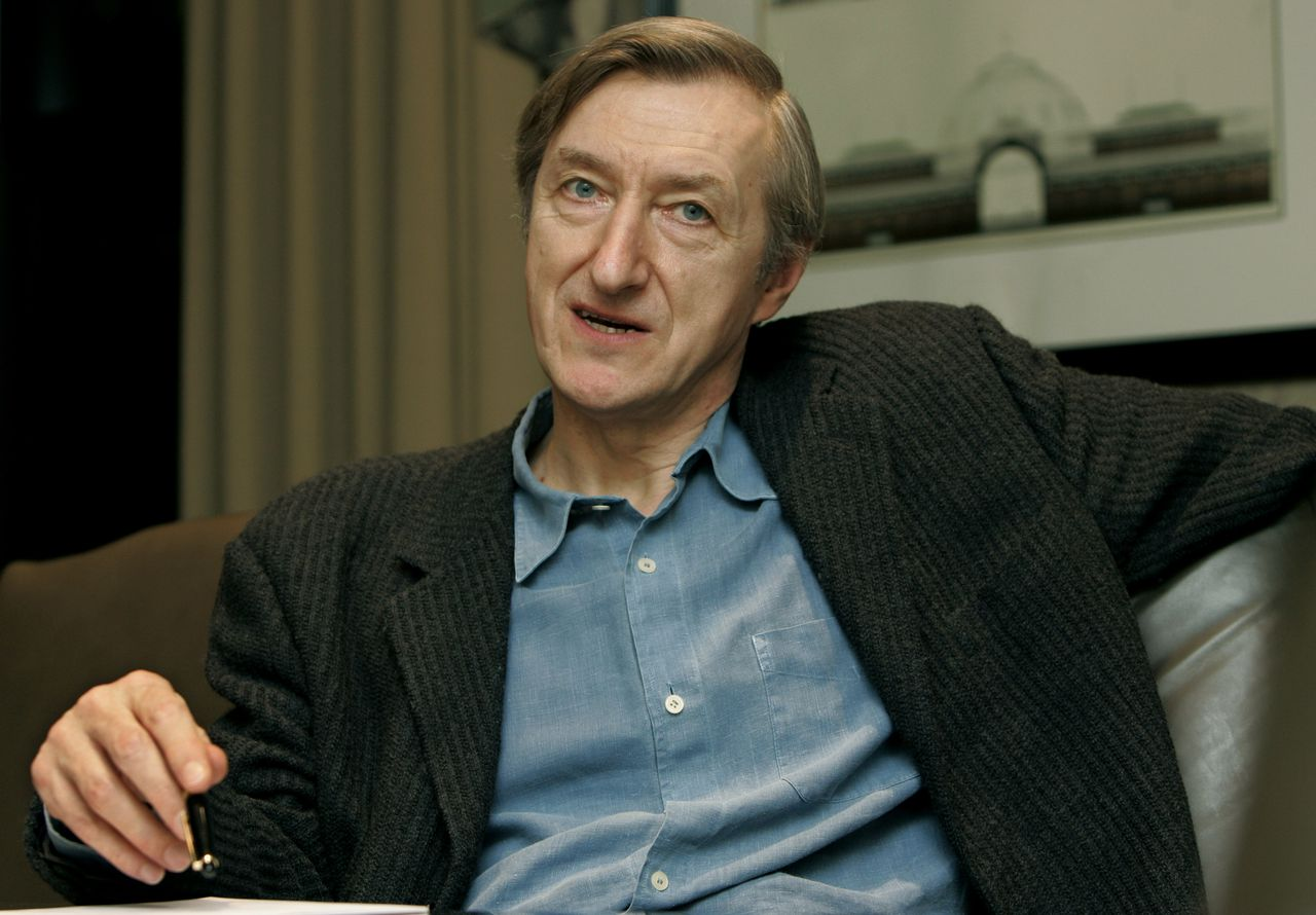 """Julian Barnes Foto TF1-programma Vol de Nuit British writer Julian Barnes discusses his most recent novel, """"Arthur and George,"""" on Monday, Jan. 30, 2006, during an interview in a New York hotel. (AP Photo/Kathy Willens)"""
