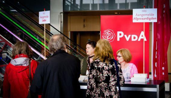 Partijleden schrijven zich in voor de extra ledenraad van de PvdA.