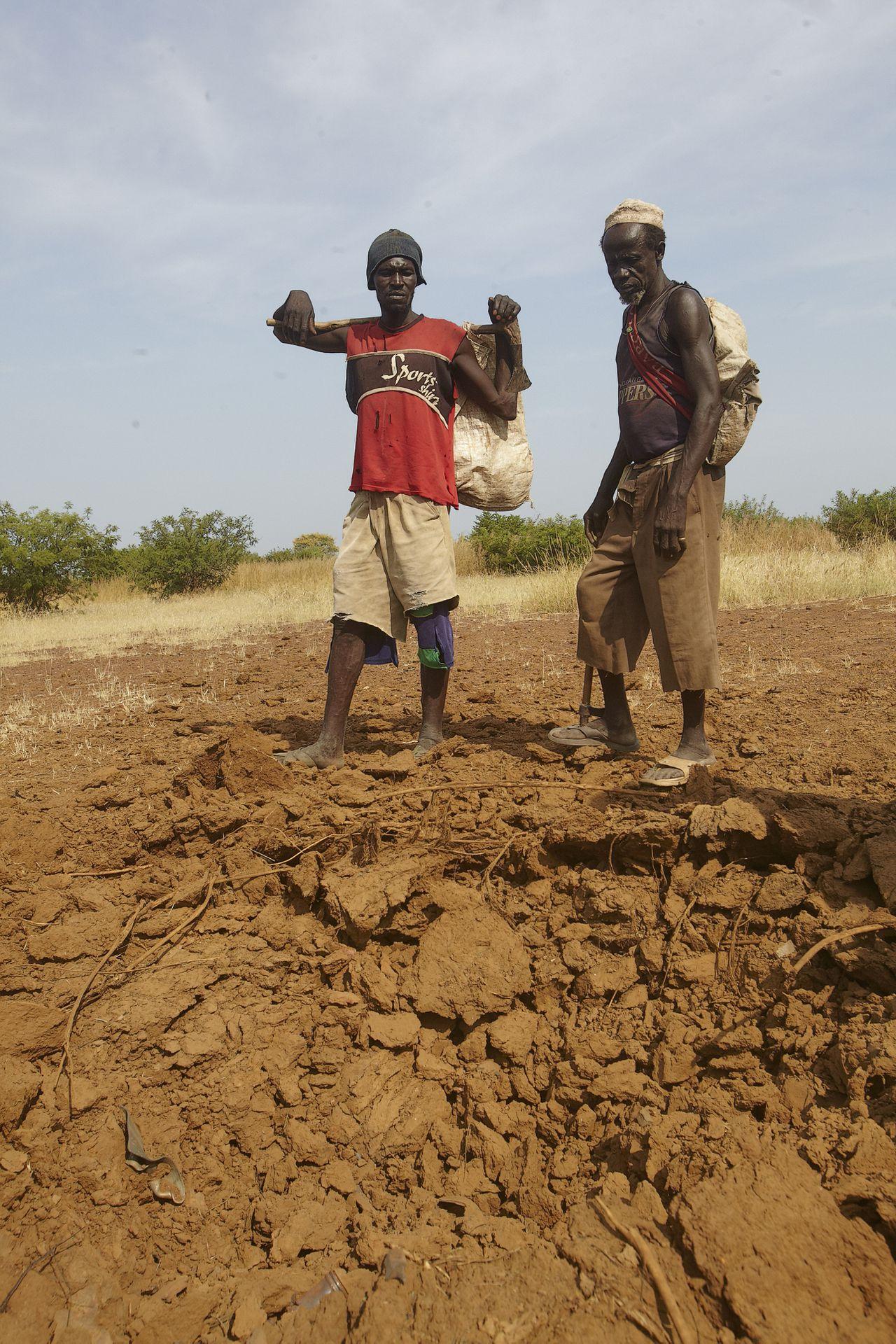 Soedan Sudan Southern Kardovan Buram Hassan Kaki links bij de krater die een dag voor wij er waren door een bom uit een MIg was geslagen. de herder zat bij een dikke boom dat was zijn redding 3 geiten overleefden het bombardement niet. Hassan is voor de derde keer dicht bij een bombardement. Nuba mountains 21-10-2012 foto: Jaco Klamer