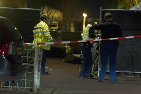 Bij het van Beuningenplein ligt een dode man op straat, de politie plaatst schotten.