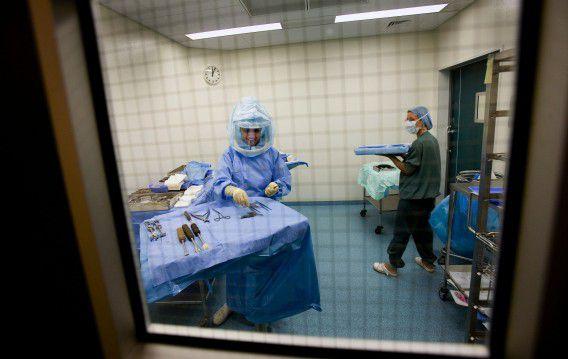 Artsen naar wie een onderzoek loopt naar medische missers, moeten tijdens dat onderzoek op non-actief worden gesteld. Foto ANP / Gerald van Daalen