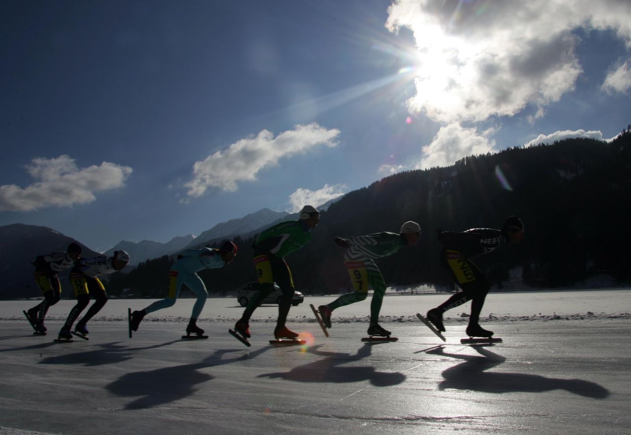Schaatsmarathon op de Weissensee Foto AFP Skaters competes in the Alternative ice skating competition in Weissensee 05 February 2005. AFP PHOTO MARKUS LEODOLTER
