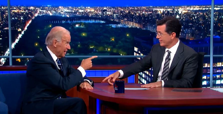 """Joe Biden bij The Late Show, tegen Stephen Colbert: """"I think you should run for president again and I'll be your vicepresident."""""""