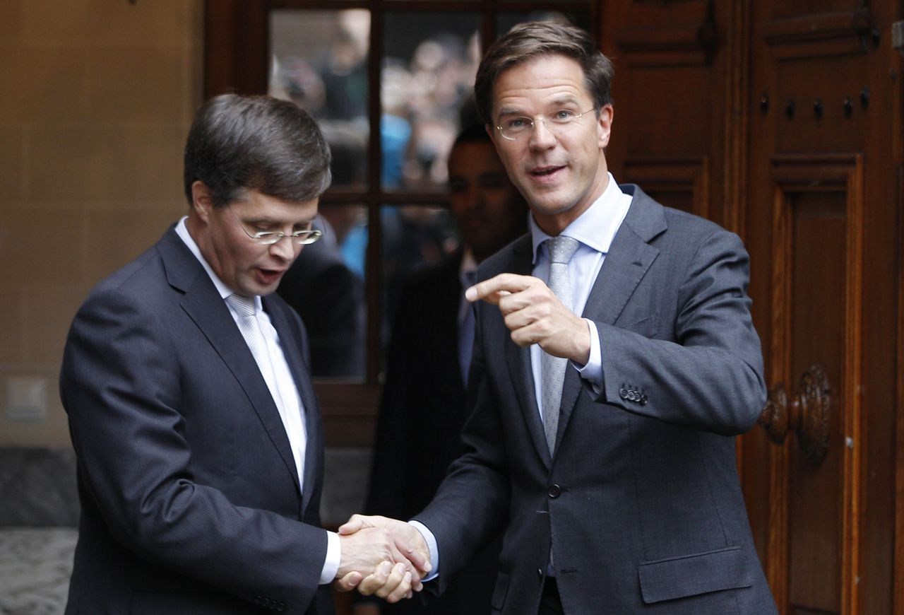 Netherlands' Prime Minister Mark Rutte bids farewell to outgoing Prime Minister Jan Peter Balkenende (L) after passing over of power at the Dutch Parliament in The Hague October 14, 2010. REUTERS/Jerry Lampen (NETHERLANDS - Tags: POLITICS)