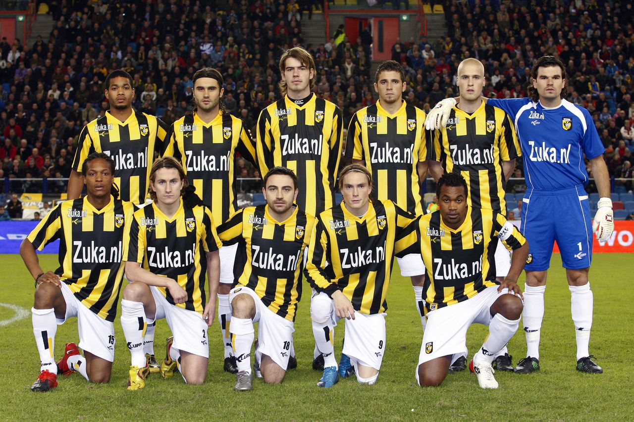 Onderwerp/Subject: Vitesse Eredivisie Reklame: Club/Team/Country: Vitesse - PSV Seizoen/Season: 2009/2010 FOTO/PHOTO: Vitesse's teamphoto top FLTR Calvin JONG-A-PIN , Santi KOLK , Wiljan PLUIM , CLAUDEMIR , Kevin VAN DIERMEN and goalkeeper Piet VELTHUIZEN, under FLTR Serginho GREENE , Paul VERHAEGH , Onur KAYA , Lasse NILSSON and Civard SPROCKEL. (Photo by PICS UNITED/Ruud Verhalle) Trefwoorden/Keywords: #18 $12 ±1261412786716 Photo- & Copyrights © PICS UNITED P.O. Box 7164 - 5605 BE EINDHOVEN (THE NETHERLANDS) Phone +31 (0)40 296 28 00 Fax +31 (0) 40 248 47 43 http://www.pics-united.com e-mail : sales@pics-united.com (If you would like to raise any issues regarding any aspects of products / service of PICS UNITED) or e-mail : sales@pics-united.com ATTENTIE: Publicatie ook bij aanbieding door derden is slechts toegestaan na verkregen toestemming van Pics United. VOLLEDIGE NAAMSVERMELDING IS VERPLICHT! (© PICS UNITED/Naam Fotograaf, zie veld 4 van de bestandsinfo 'credits') ATTENTION: © Pics United. Reproduction/publication of this photo by any parties is only permitted after authorisation is sought and obtained from PICS UNITED- THE NETHERLANDS
