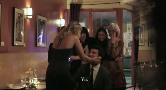 Justin vraagt Emily ten huwelijk.
