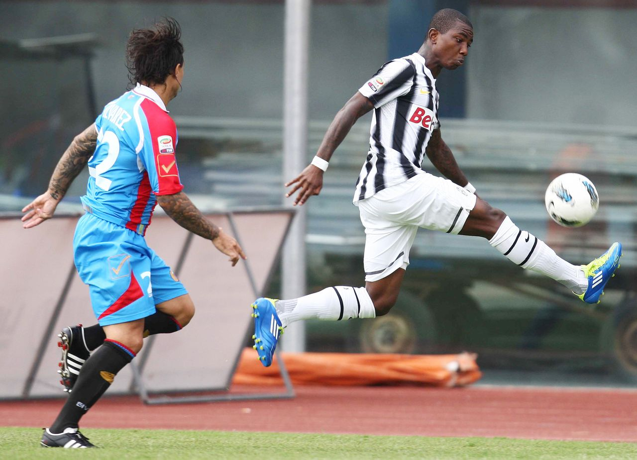 Juventus' Eljero Elia, the Netherlands, right, is chased by Catania's Pablo Sebastian Alvarez, of Argentina, during a Serie A soccer match between Juventus and Catania, at Catania's Angelo Massimino Stadium, Italy, Sunday, Sept. 25, 2011. (AP Photo/Jonathan Moscrop, LaPresse) ITALY OUT