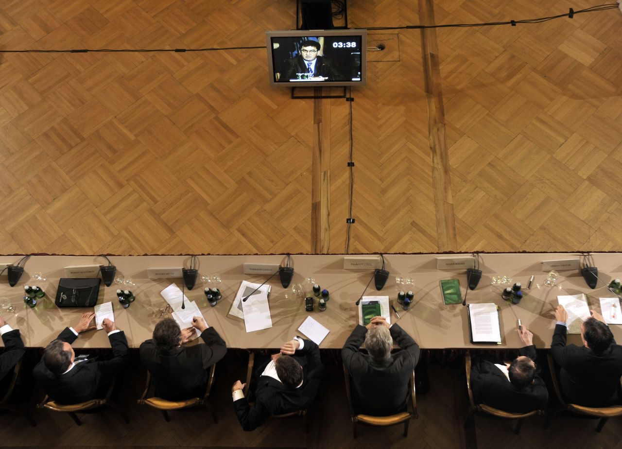 Deelnemers aan de Hongaarse nationale top luisteren naar minister van Financiën János Veres. Foto's AP Participants of a National Summit, Hungary's current and former political leaders and financial experts, watch the speech of Hungarian Finance Minister Janos Veres during their meeting in the Science Academy in Budapest, Hungary, Saturday, Oct. 18, 2008. Hungary's Socialist Prime Minister Ferenc Gyurcsany has called a national summit for Saturday, where parties' representatives, current and former political leaders and financial experts are to debate the effects of the global financial turmoil on Hungary. He added that the meeting would help bring about a broad agreement on the key economic and social issues. (AP Photo/Bela Szandelszky)