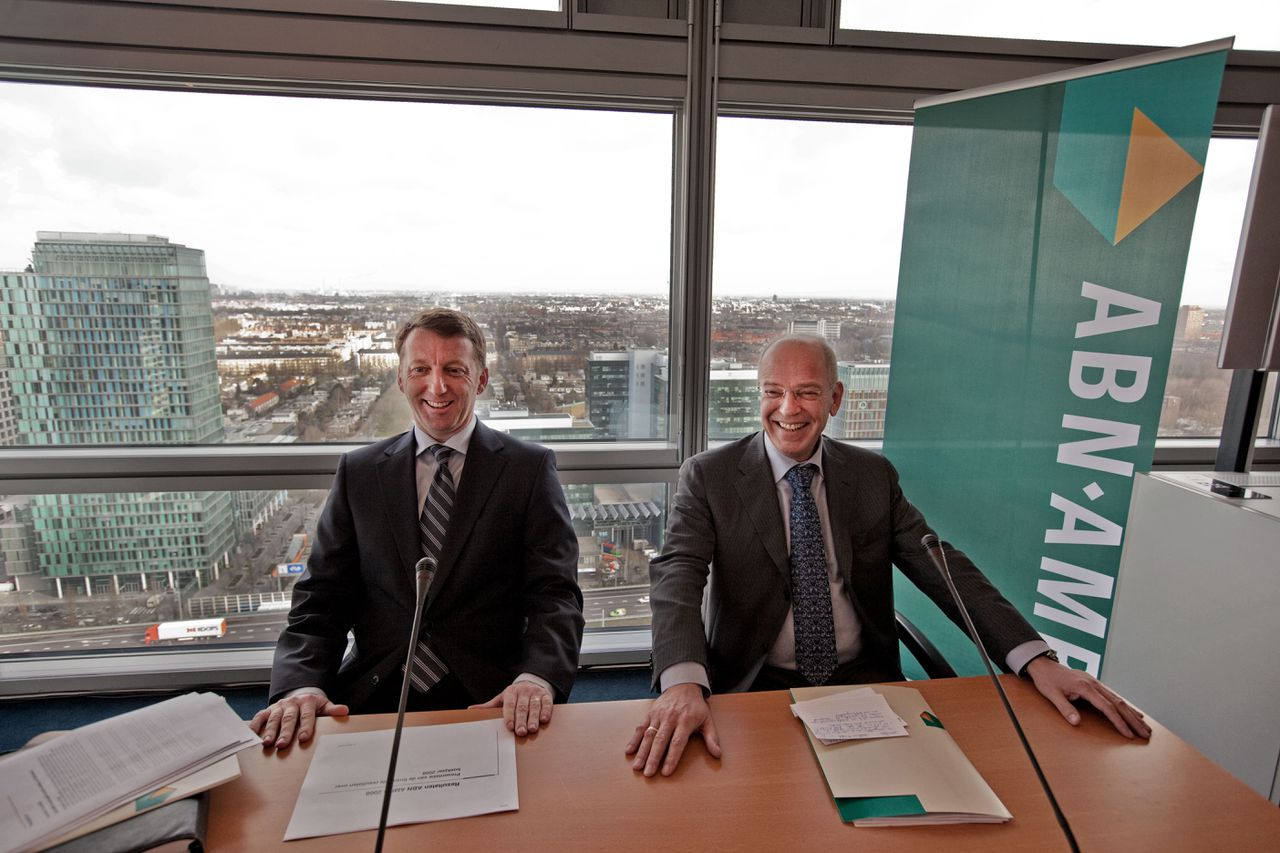 """Zalm: """"Er zijn twee banken met twee sociale plannen. Het is logisch dat we voor de nieuwe bank één nieuw plan bedenken."""" (Foto Hollandse Hoogte) Nederland, Amsterdam, 27-03-2009 - Gerrit Zalm (R) CEO of Dutch ABN AMRO bank and David Cole CEO during a presentation of the Year Results 2008. ABN Amro Nederland booked net profit of euro 471m. Operating profit reached euro 306m, compared with €882m in 2007. The global private clients division, also owned by the Dutch state, saw operating profit fall from nearly euro 300m in 2007 to euro165m. PHOTO: Gerard Til / Hollandse Hoogte"""