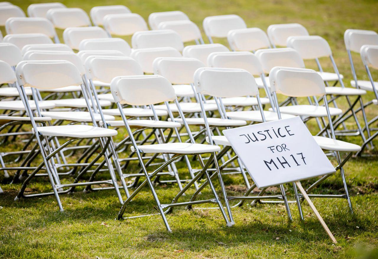Nabestaanden van slachtoffers van de crash met vlucht MH17 houden een stil protest voor de ambassade van Rusland. De groep zet 298 lege stoelen neer voor de ambassade.