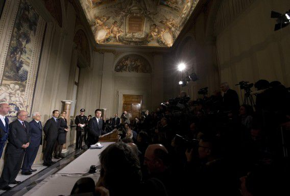 Matteo Renzi staat de pers te woord.