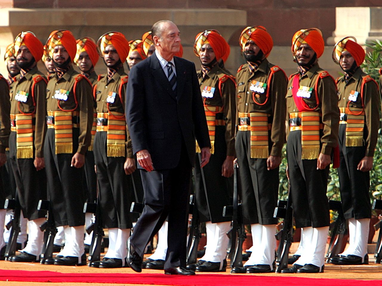 President Chirac kwam maandag in India aan voor handelsgesprekken. Maar hij moest vooral vragen beantwoorden over de vijandige houding jegens het 'Indiase' Mittal. Foto AP French President Jacques Chirac reviews an honor guard during a welcoming ceremony at the Presidential Palace in New Delhi, India, Monday Feb. 20, 2006. India and France signed an agreement Monday on future civilian nuclear cooperation, Indian Prime Minister Manmohan Singh said. (AP Photo/Remy de la Mauviniere, Pool)
