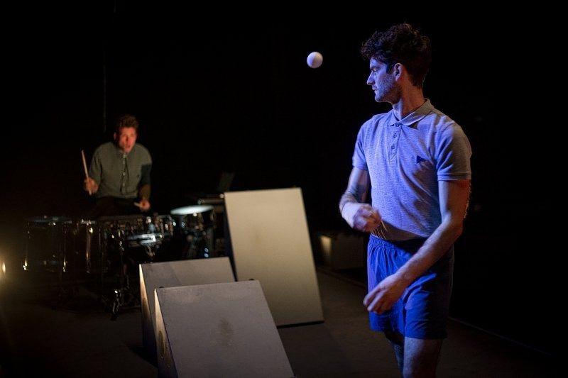 Stijn Grupping in de performance 'Man Strikes Back' van theatercollectief Post.