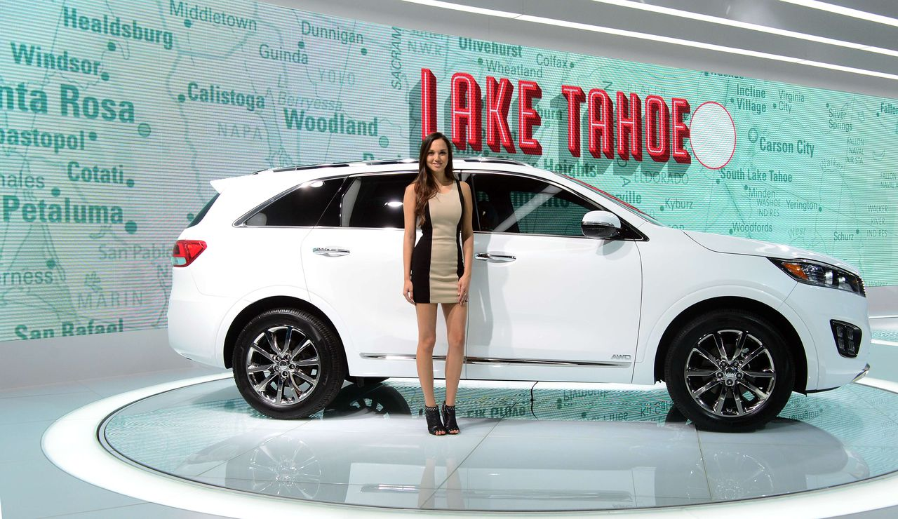 // Alleen Featured Image, zit in in overzicht A model poses beside the 2015 Kia Sorento on display at the LA Auto Show's press and trade day in Los Angeles, California on November 19, 2014. Nearly 60 North American and World vehicle debuts will be unveiled at this years auto show which opens to the public from November 21 to 30. AFP PHOTO/Frederic J. BROWN