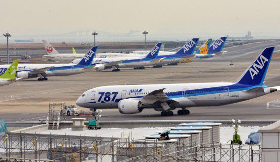 A All Nippon Airways' (ANA) Boeing 787 dreamliner is pulled by a towing tractor at Tokyo's Haneda airport on January 16, 2013 after a ANA Dreamliner passenger plane made an emergency landing in western Japan after smoke was reportedly seen inside the cockpit. Japan's two biggest airlines on January 16 grounded all their Dreamliners in the most serious blow yet to Boeing's troubled next-generation model after an ANA flight was forced into an emergency landing. AFP PHOTO / Yoshikazu TSUNO