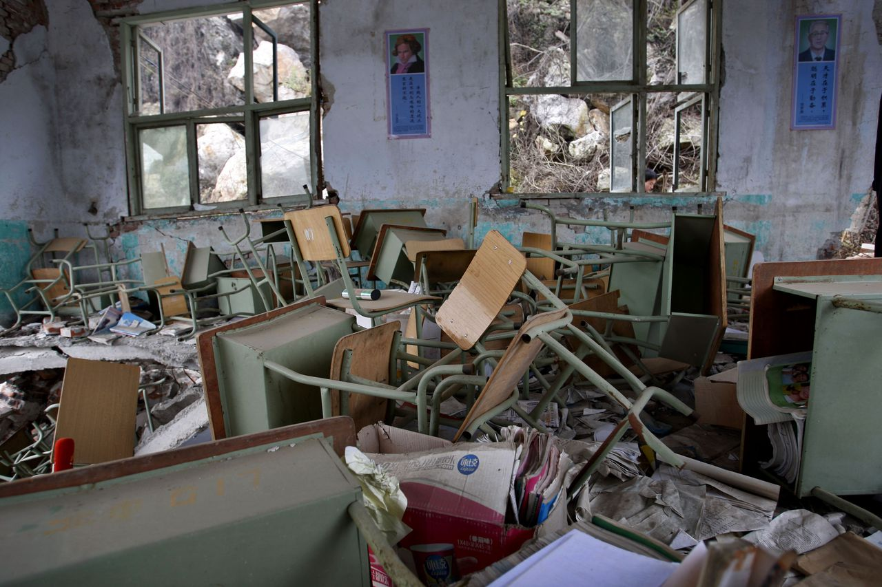 Het klaslokaal van een middelbare school in Beichuan ziet er nog altijd uit zoals bijna een jaar na de verwoestende aardbeving. Foto AP A classroom of Beichuan New Middle School is seen as it was left after most of the school was destroyed by the May 12, 2008 earthquake, on grave sweeping day in Beichuan, Sichuan, China, Saturday, April 4, 2009. Beichuan county opened its doors for families to mourn quake victims in the Qingming Festival, also known as Grave Sweeping Day. More than 87,000 people were killed or missing in last year's May 12 earthquake. (AP Photo/ Elizabeth Dalziel)