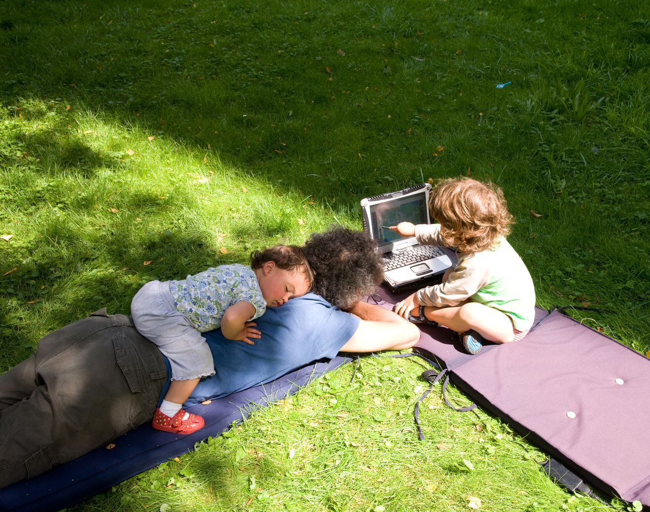 Luieren en spelen in de zon, Lounging and playing in the sun, foto: Iris Loonen, Hollandse Hoogte