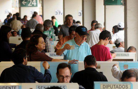 Chilenen bij de stembus. Door een recente wijziging van de kieswet is stemmen in Chili niet meer verplicht.