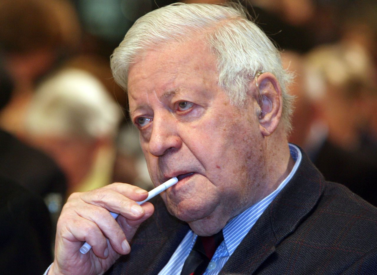 Former chancellor Helmut Schmidt puts a cigarette in his mouth as he attends the Social Democratic Party (SPD) congress in Hamburg 26 October 2007. Germany's Social Democrats, partners in the ruling coalition, began their three-day party congress where they will call for a rollback of watershed reforms in Europe's biggest economy. AFP PHOTO JOHN MACDOUGALL