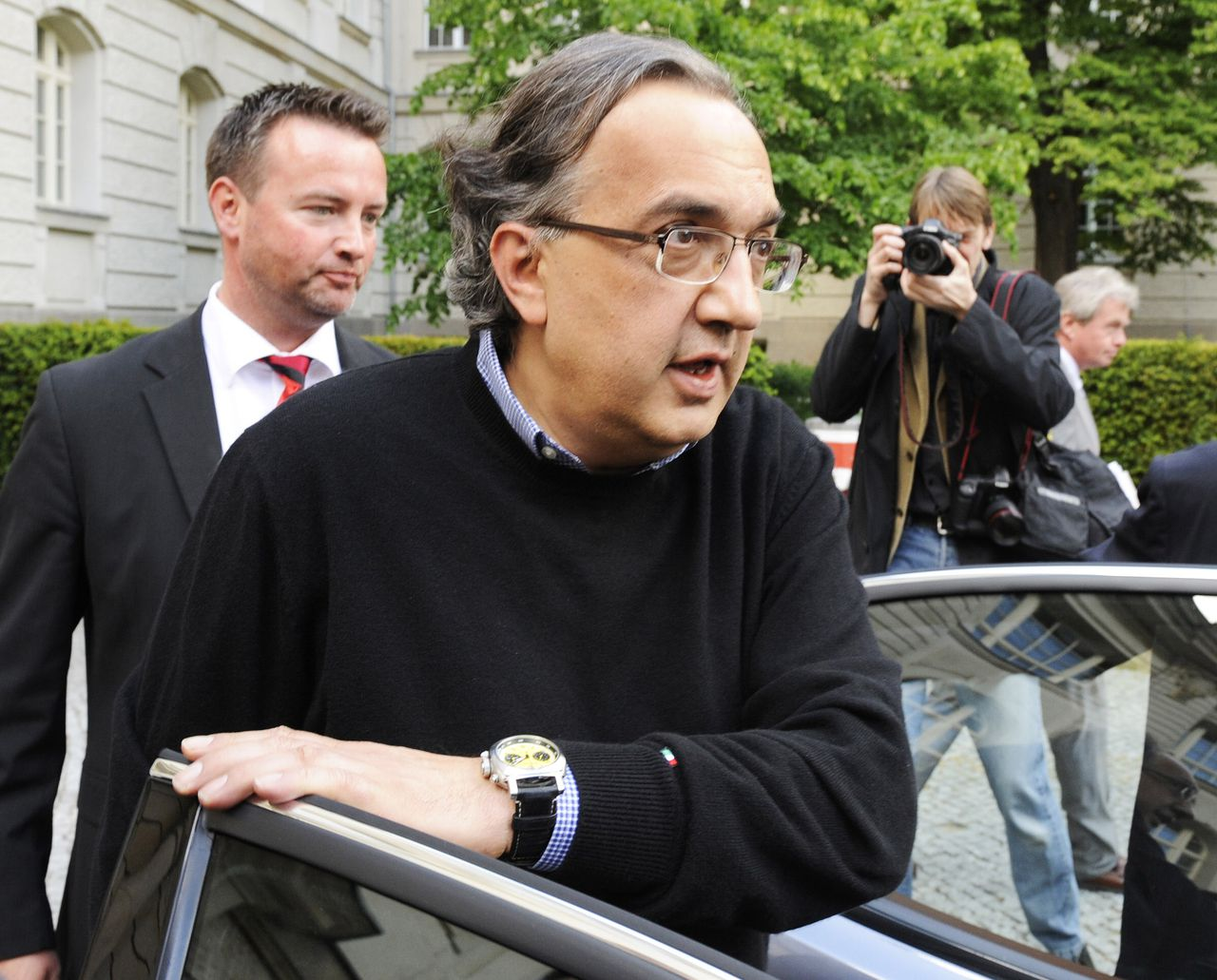 Fiat-topman Sergio Marchionne stapt in zijn auto nadat hij gisteren in Berlijn een gesprek had met de Duitse minister van Economische Zaken Karl-Theodor zu Guttenberg. (Foto AFP) Fiat CEO Sergio Marchionne gets into his car as he leaves the Economy Ministry following talks with German Economy Minister Karl-Theodor zu Guttenberg in Berlin May 4, 2009. The boss of Italy's Fiat drummed up support in Berlin for audacious plans to snap up GM's European arm and combine it with the bankrupt Chrysler to create a new global auto giant. AFP PHOTO JOHN MACDOUGALL