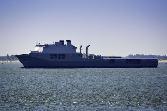 De Karel Doorman, wordt over de Westerschelde naar de afbouw van Damen Shipyards gesleept.